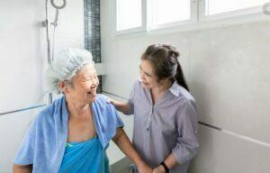 روشتشویق سالمند به استحمام
