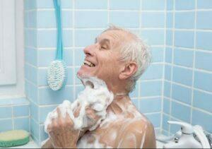 دلایل تشویق سالمند به استحمام