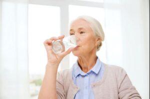 محدویت مصرف آب و بی اختیاری ادرار در سالمندان