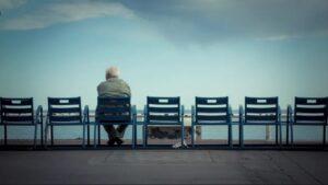 چه عواملی منجر به بروز افسردگی در سالمندان می گردد ؟
