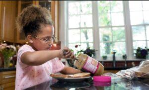 تنها گذاشتن کودک و غذا