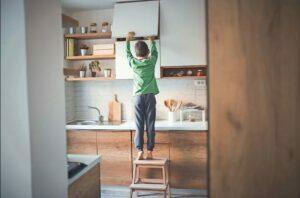 9 کاری که قبل از تنها گذاشتن کودک در خانه باید انجام دهید