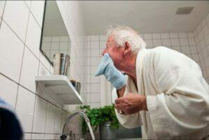رعایت نظافت سالمند