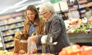 کمک به والدین سالمند در خارج از منزل