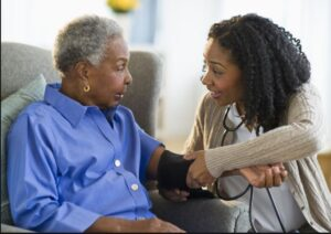 کمک به والدین سالمند با پرستار سالمند
