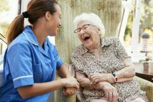 ارتباط موثر با سالمند و خندیدن