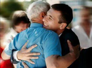10 مزیت در آغوش کشیدن که لازم است بدانیم