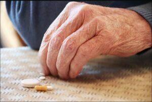 آگاهی از علت مسمومیت دارویی در سالمندان