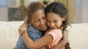 در آغوش کشیدن فرزند