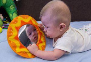 کودک چهار ماهه و آینه