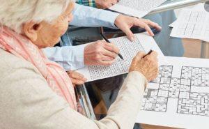سالمند مبتلا به زوال عقل و حل جدول